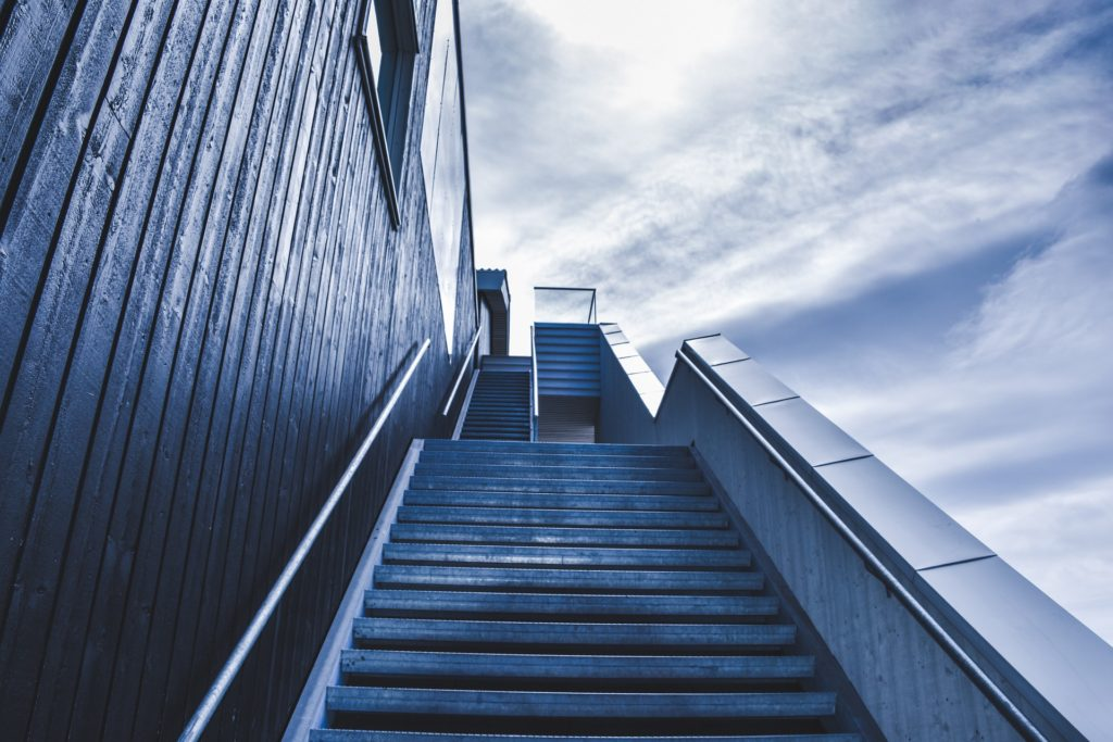 孤独を感じる階段