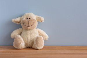 笑顔の羊ぬいぐるみ-安心のカウンセリング