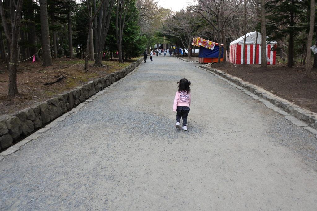 お祭り屋台を歩く子供