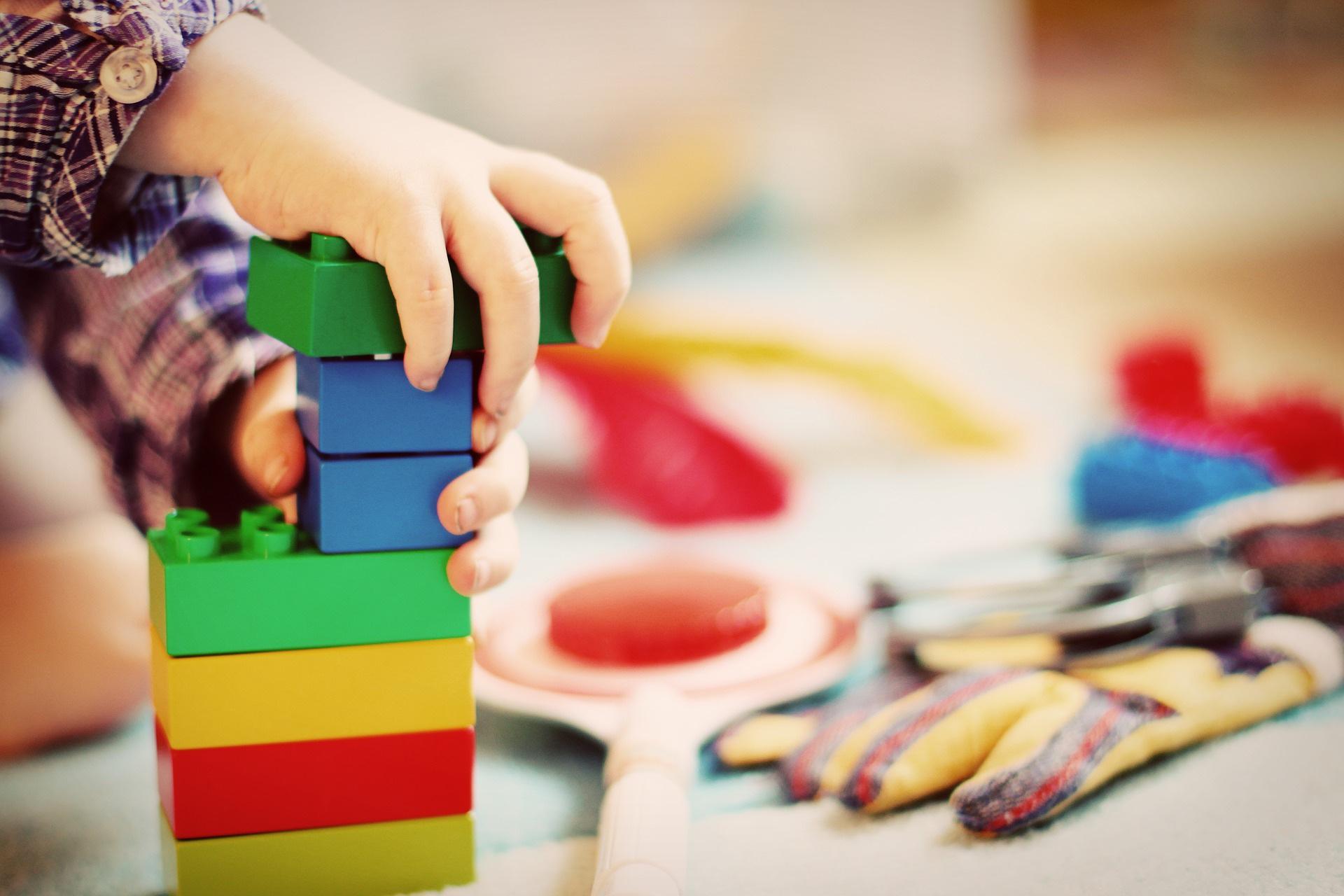 幼稚園の積木で遊ぶ子供