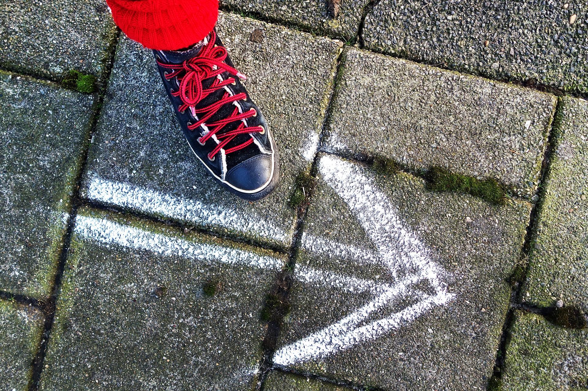 行動習慣を変える人-矢印に向かう足