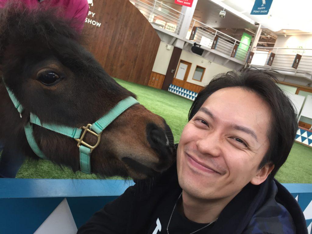 馬にちゅーされる岡本教兵