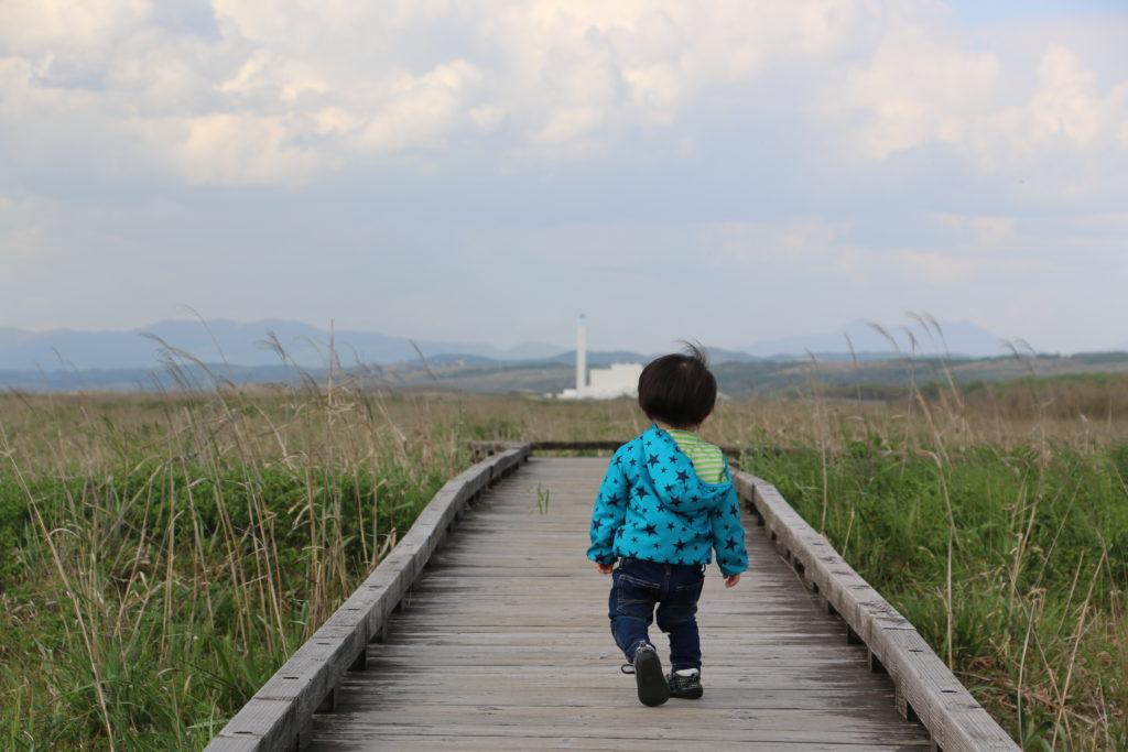 はまなすの丘公園で遊ぶ男の子