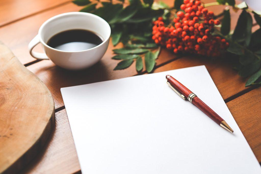 白いメモとペンとコーヒー-分析