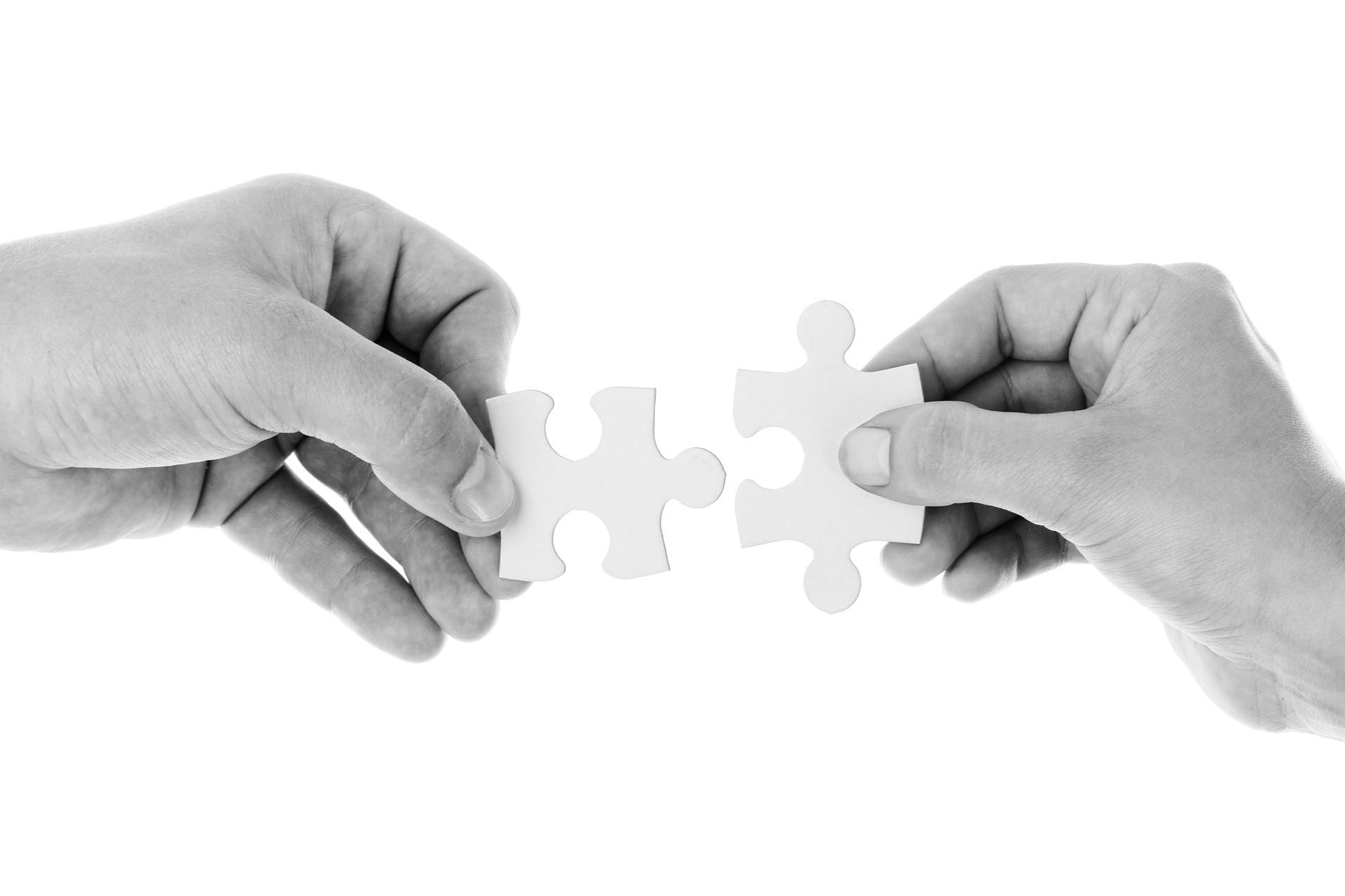 パズルをする人-心理カウンセリング視点のイメージ