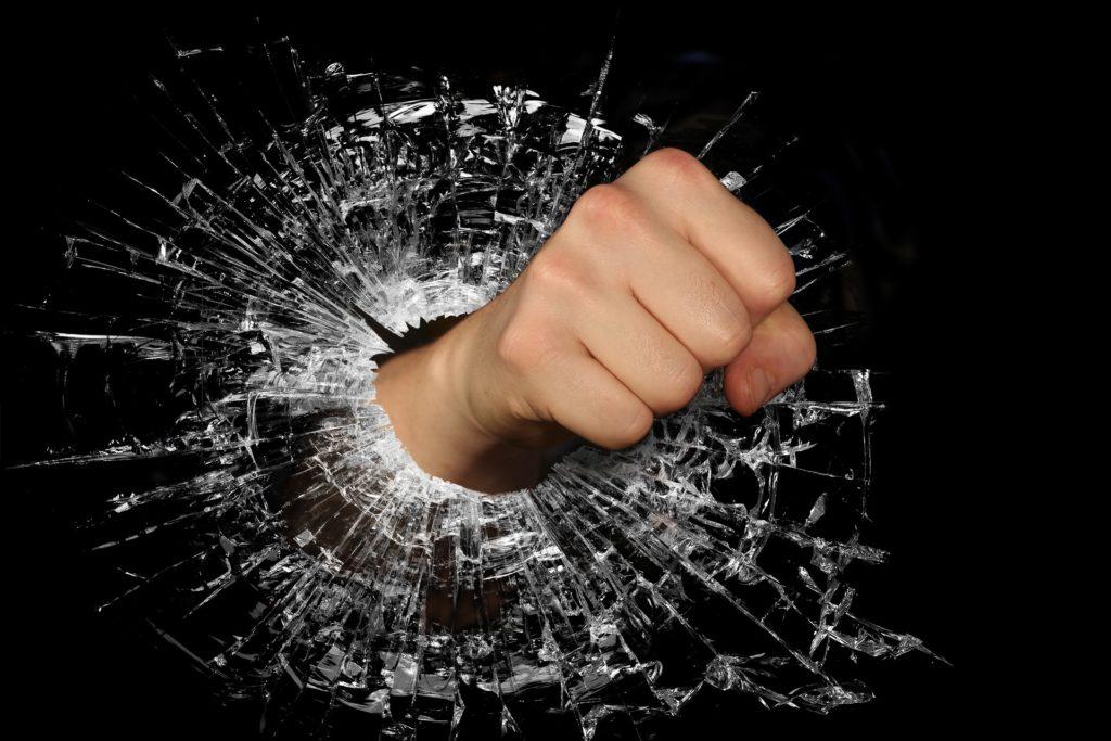 ガラスを割る拳-怒り