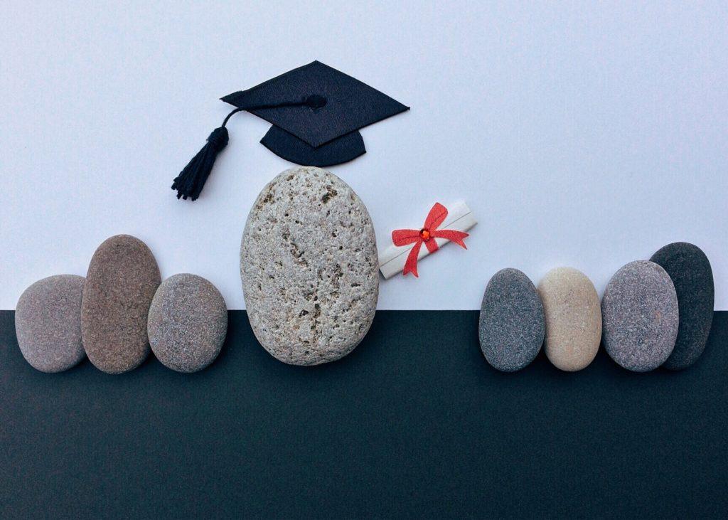 卒業証書を持った石