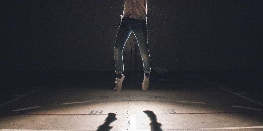 ジャンプしている男性-成長
