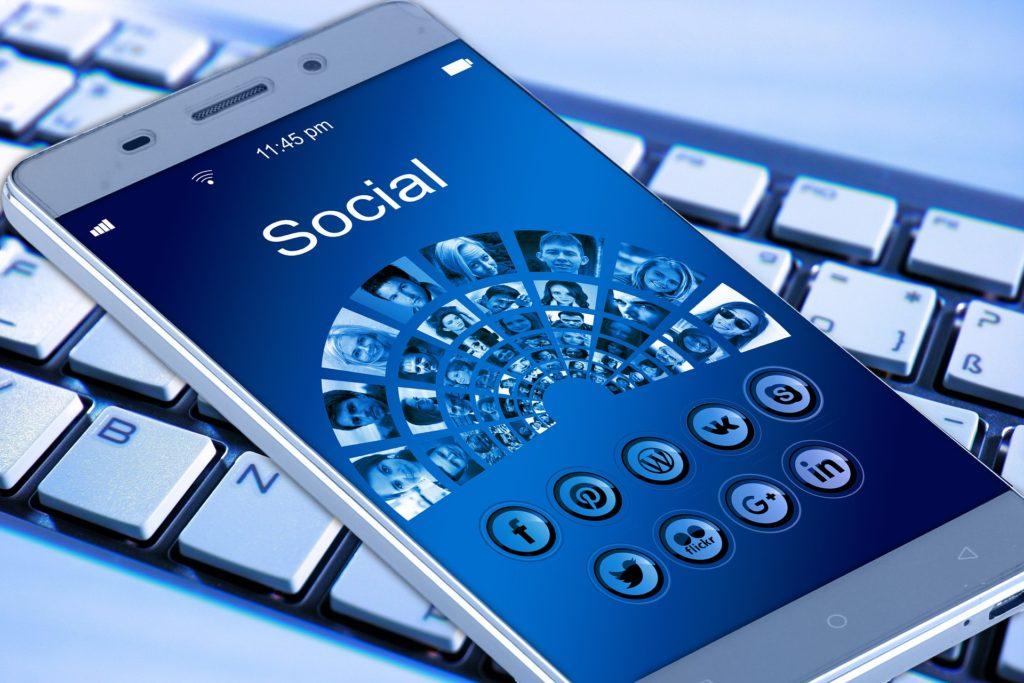 ソーシャルメディアに便利なスマートフォン