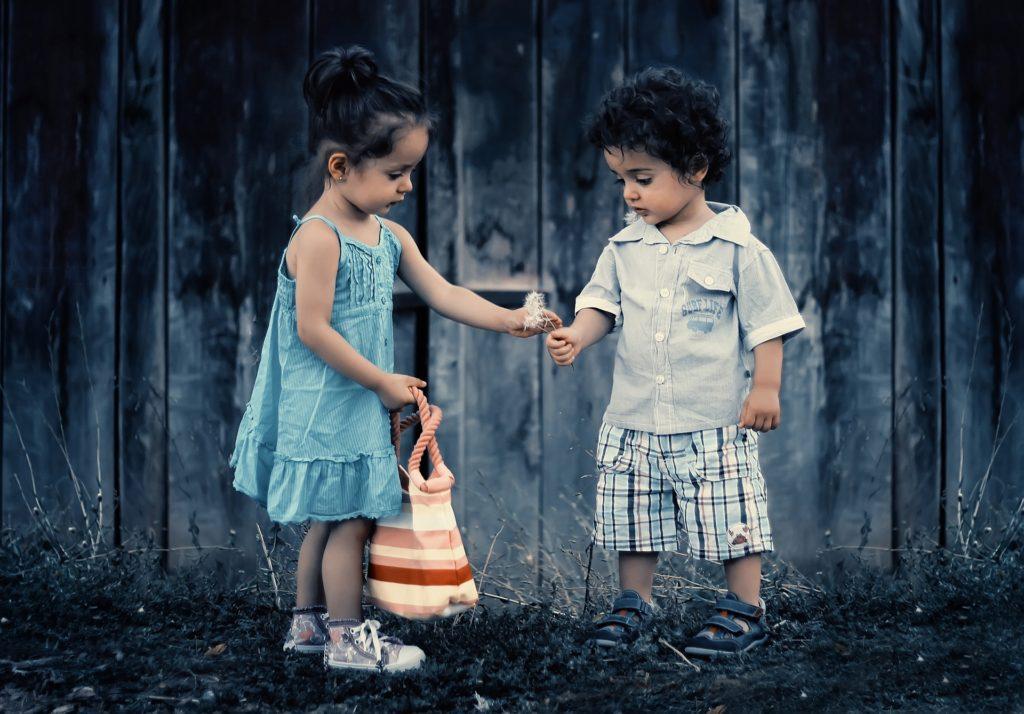 一緒に遊ぶ男の子と女の子
