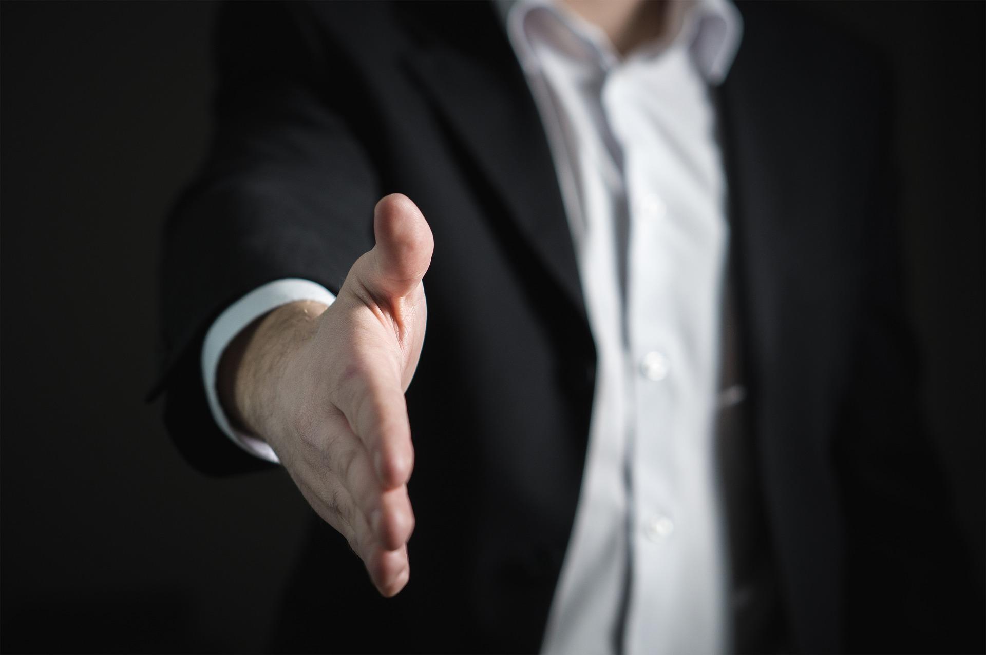 指導力のある人物からの握手-男性の手
