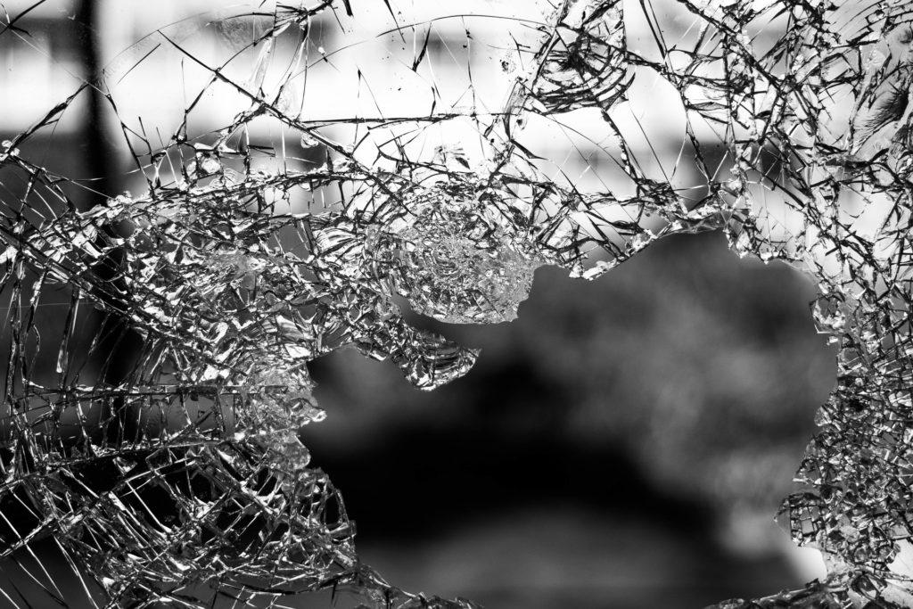 粉々に割れたガラス