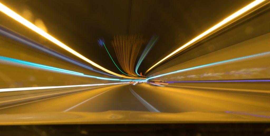 スピード感のある光の線