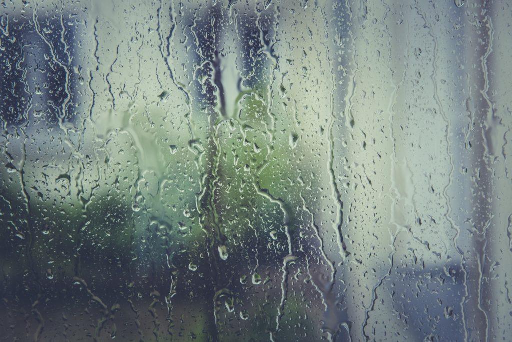 うつ状態になりやすい雨の日-雨の雫がついたガラス