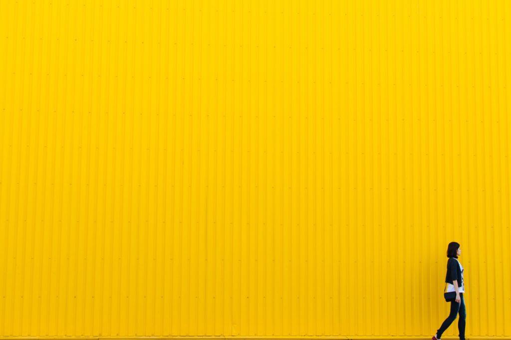 黄色い壁と女性