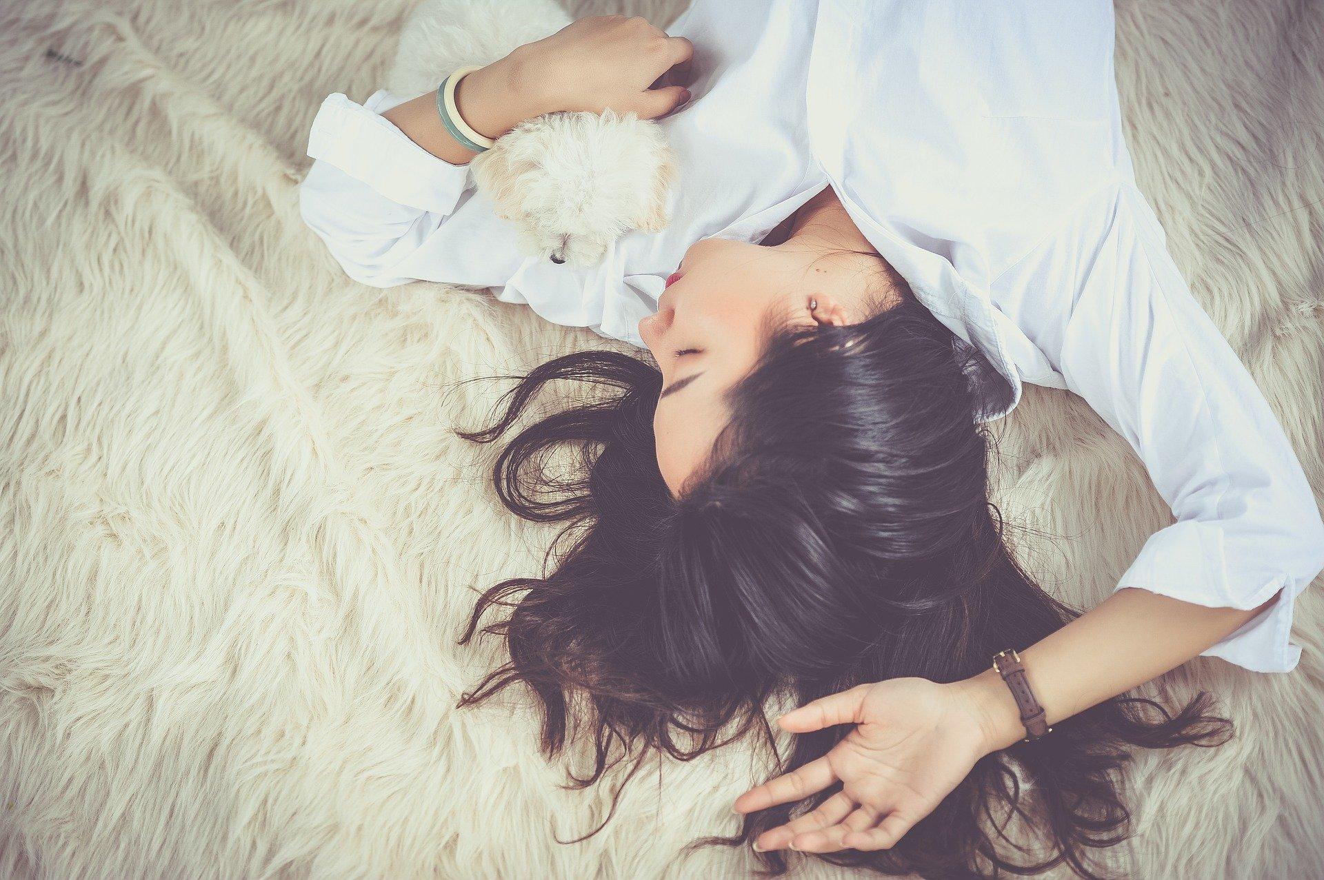 眠る女性-ペットとリラックス