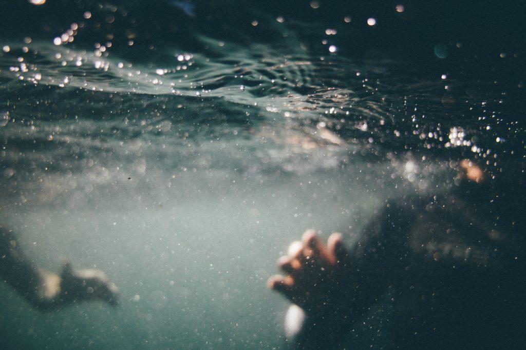 すれ違う手と手-水中の手
