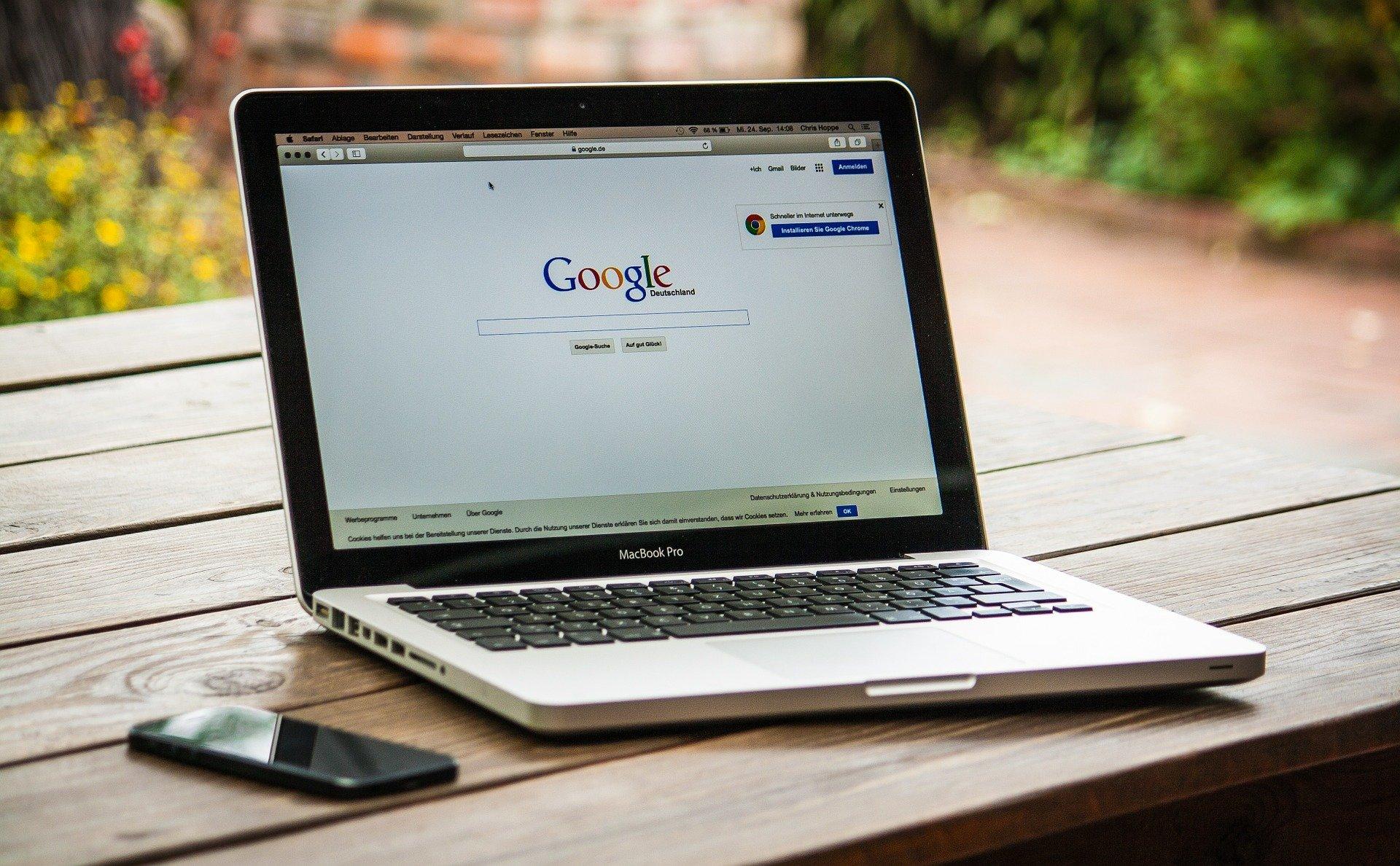 Googleを開いているパソコン