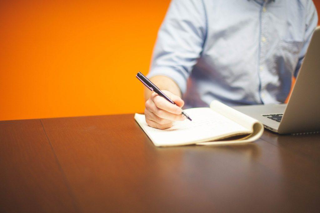 大人にとって無駄に思えること-ペンとパソコンを使う男性