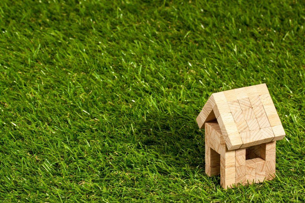 芝生の上の小さな家