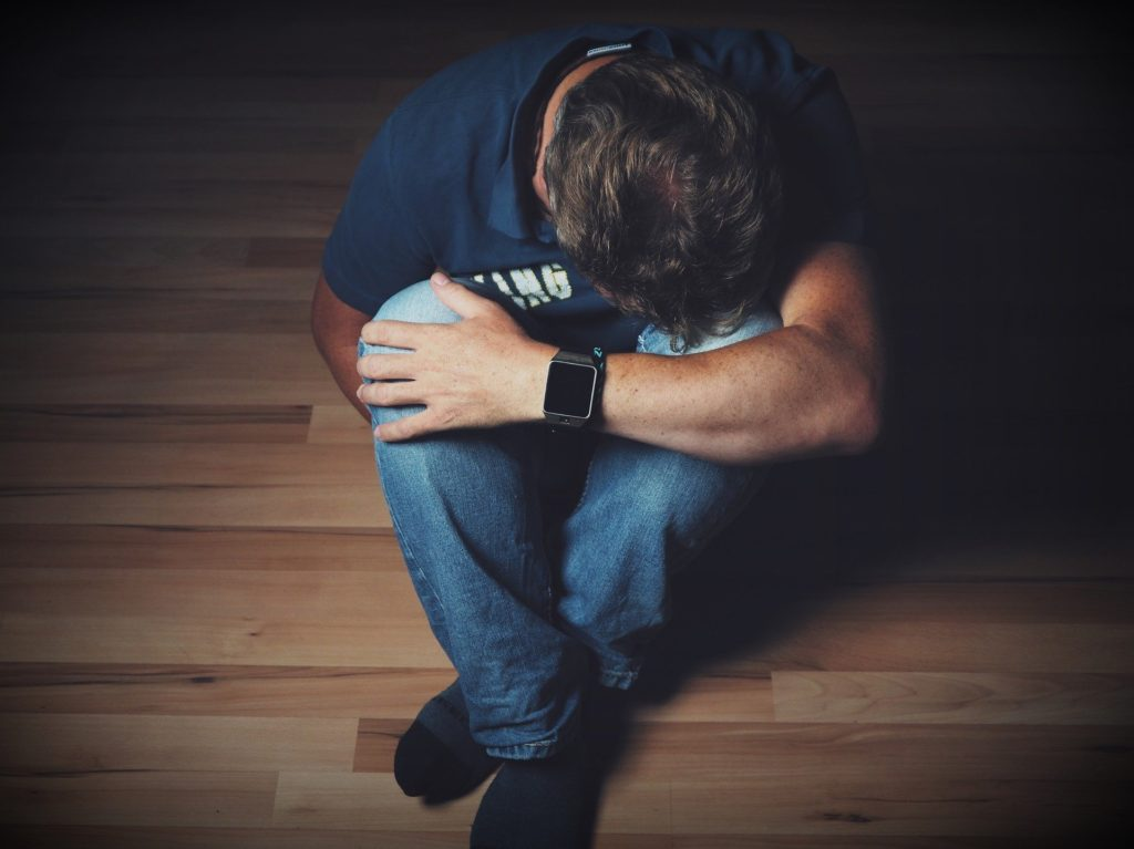 うつ病で落ち込む男性