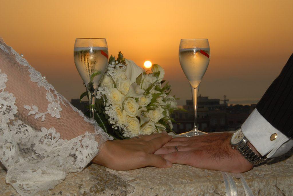 手をつなぐ夫婦-夕暮れとグラス