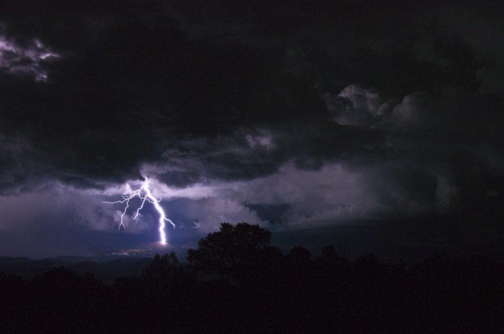 雷が落ちる暗闇-ショックな心境のイメージ