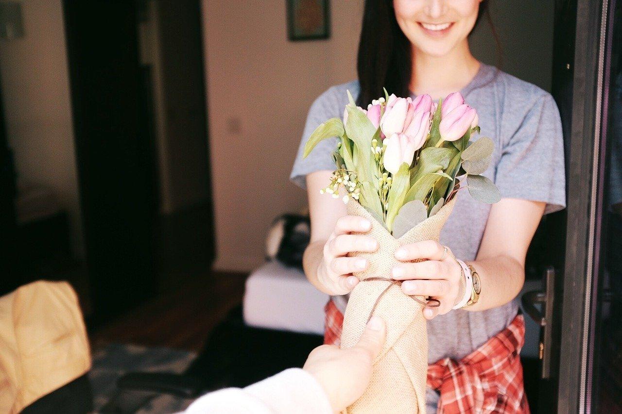 花束-プレゼント-笑顔