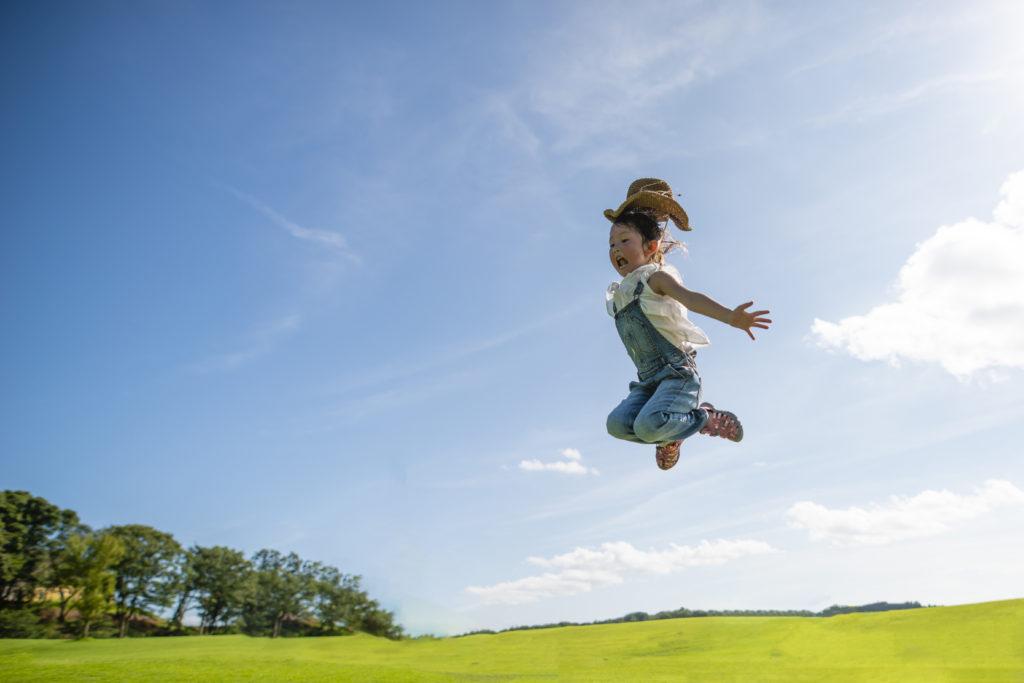 公園で大きくジャンプする子供